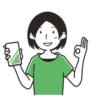 一個拿著 OK 標誌智能手機的女人