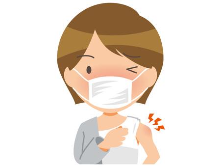 一名戴口罩的女子左臂腫脹疼痛