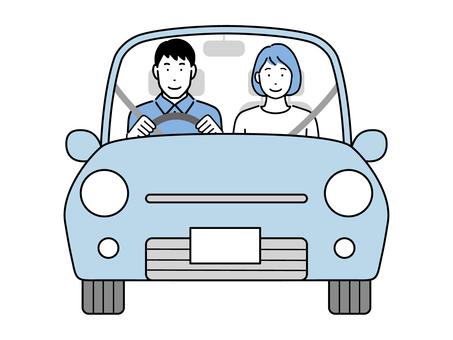 一對夫婦騎車 丈夫開車