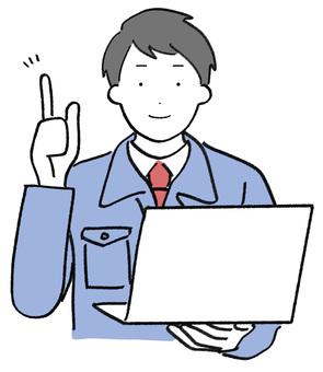 穿着工作服和电脑的男人