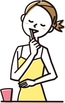 一個女人刷牙