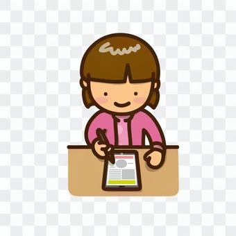 一個女孩用平板設備學習