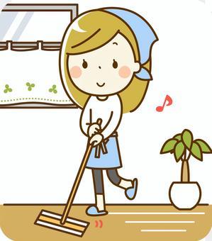 一個女人打掃走廊