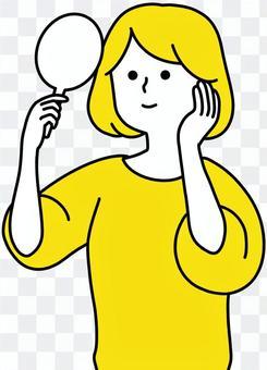 看她在鏡子的婦女面孔乾淨的設計黃色