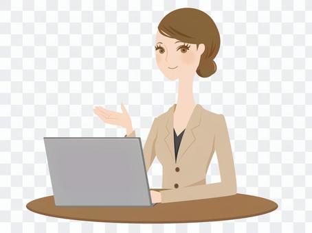 一個穿西裝的女人玩個人電腦