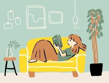 一個女人在沙發上看書放鬆