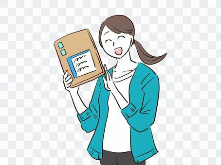 一個女人在跳蚤市場的應用程序上交付出售的產品