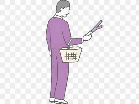 在超市購物的男人