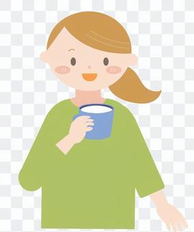 女人喝牛奶