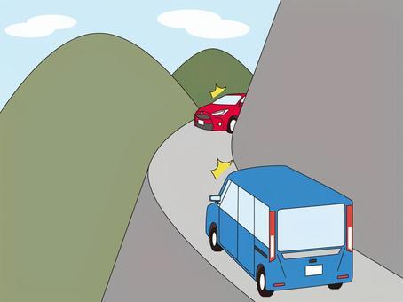 在山路上遇到迎面而來的車輛