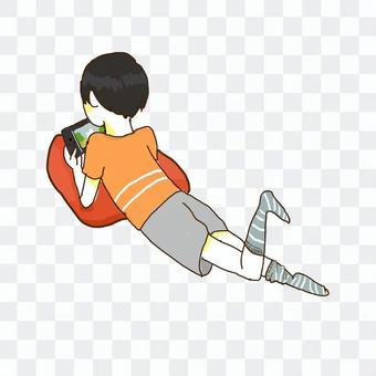 男孩躺著玩遊戲