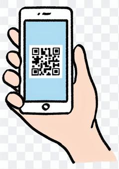 手拿著顯示有QR碼的智能手機