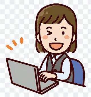 一個微笑的業務員女人操作一台個人計算機