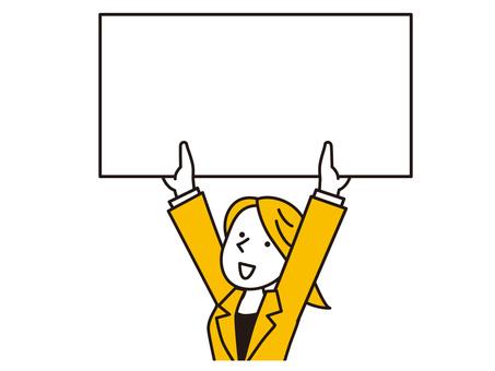 一個女人在頭頂上舉著白板