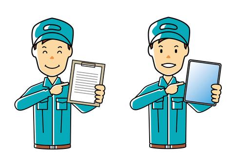 拿著文件/平板電腦的微笑工人