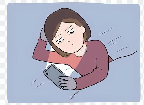 一個女人在睡覺前使用智能手機
