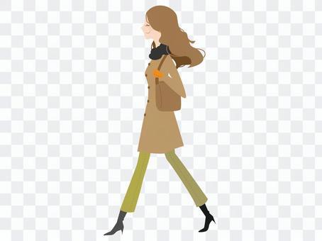 外套走的女人