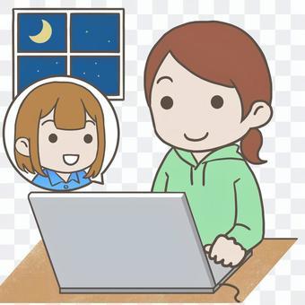 パソコンで会話する女性たち