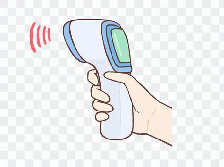 手中拿著一個非接觸式溫度計