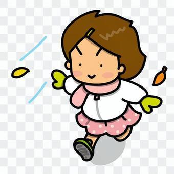 高興地跑著的女孩