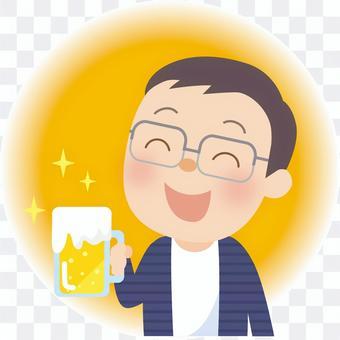 一個男人微笑著喝啤酒