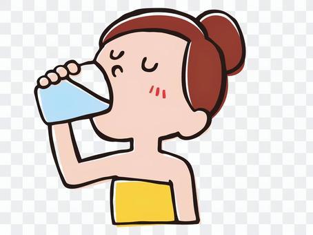 女人洗澡後喝水