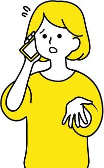 女人用尷尬的表情打電話 黃色