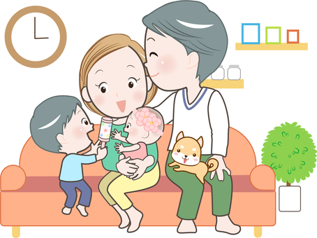 家庭-4 人-在客廳放鬆