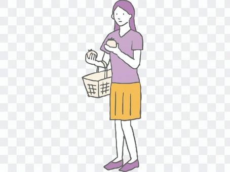 在超市購物的女性