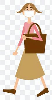 マイバッグをもって歩く女性_マスク