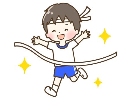一個男孩在運動會上踢足球