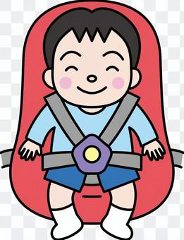 一個男孩坐在兒童座位上