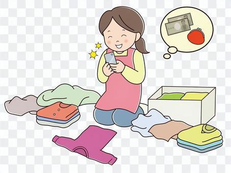 フリマアプリに出品する女性(ウハウハ)