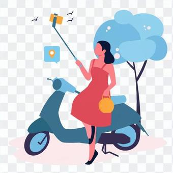 一個女人在一輛摩托車旁邊採取自拍照