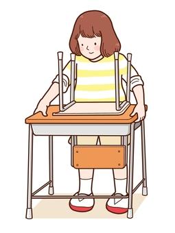 試圖搬桌子的女孩
