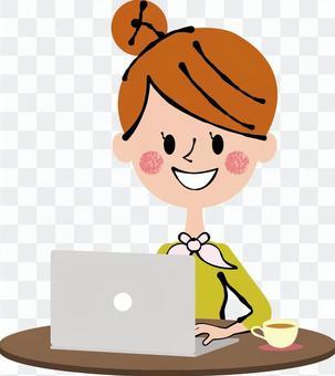黑褐色的個人電腦操作上的女人
