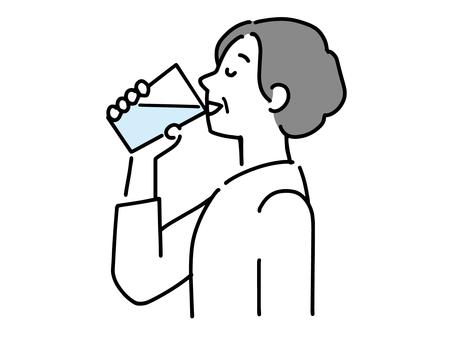 喝一杯水的資深婦女