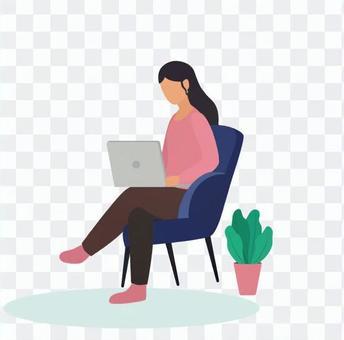 女人坐著玩電腦遊戲