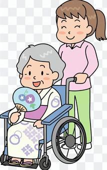輪椅上的老人浴衣