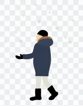 在雪中行走的人