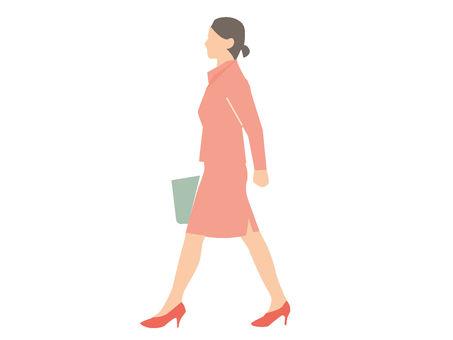 女人側身走路