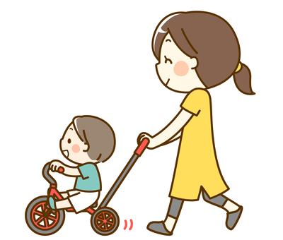 男孩和媽媽騎三輪車