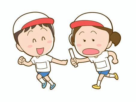 兒童在運動日通過接力棒通過_020