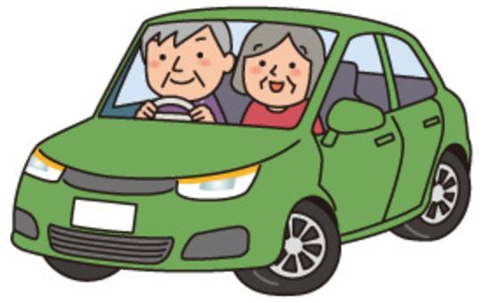 高级夫妇和绿色轿车
