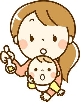 婴儿吃婴儿食品和妈妈