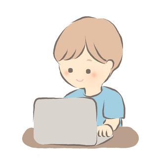 一個男人在筆記本電腦上工作