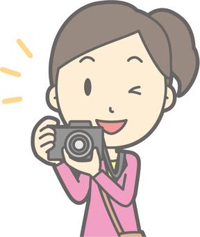 女遊客青年a照相機胸圍