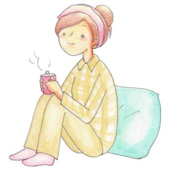 穿著睡衣喝熱飲的婦女
