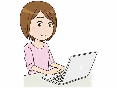 一个女人在个人电脑上搜索